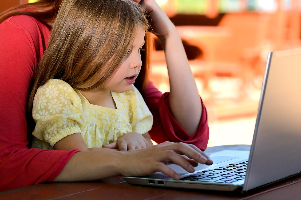 Help your child cope with moving | kid on the computer
